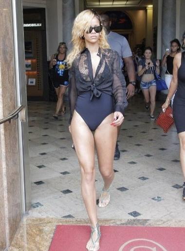 По магазинам в Монако Рианна прогуливалась в купальнике